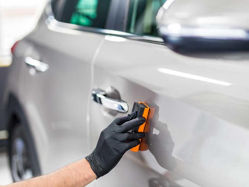 Descontaminado de pintura: consigue que tu auto recupere su aspecto de agencia